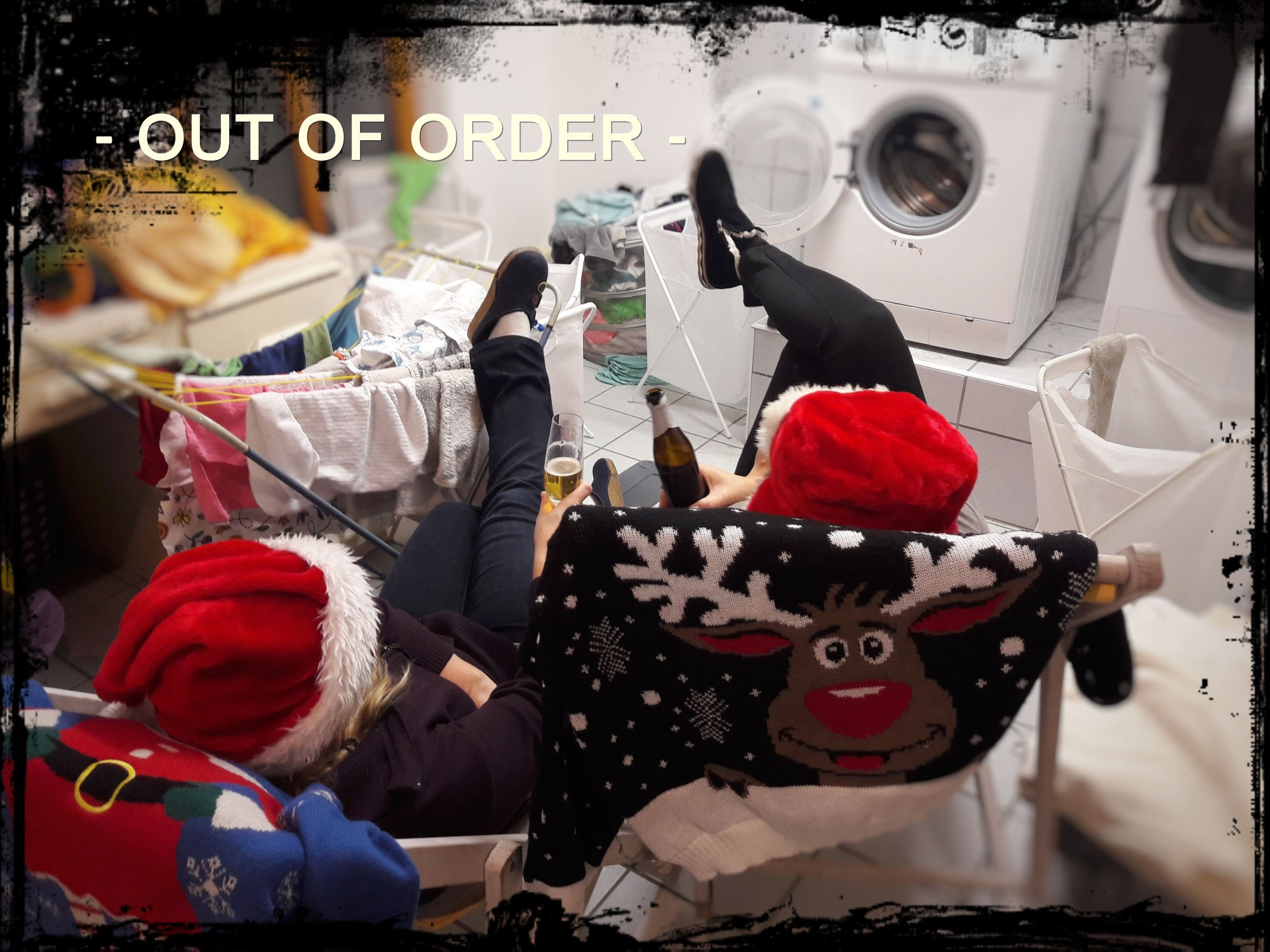 Das Bild zeigt Flitzer und Glitzer in Urlaubslaune. In Liegestühlen liegend, genießen sie ein Glas Sekt, bzw. ein Pils. Um die beiden herum eine chaotische Waschküche, in der mehr als genug Arbeit auf die beiden warten würde. Aber Urlaub ist Urlaub!