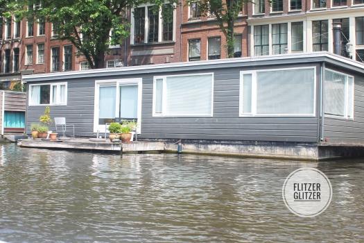 Das Bild zeigt ein Hausboot in den Grachte Amsterdams.