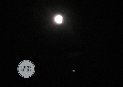 Wunderschöner Vollmond leuchtend hell mit Mars