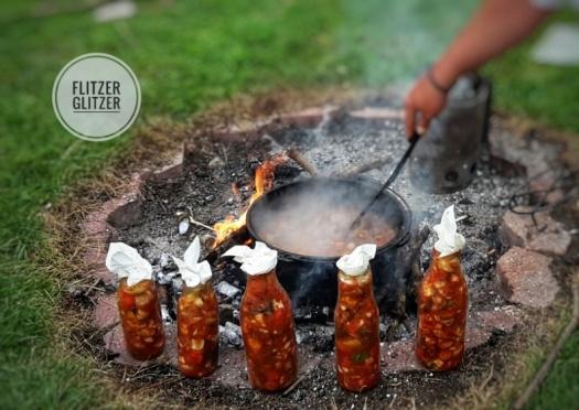 Flaschengemüse am Rand der Feuerstelle