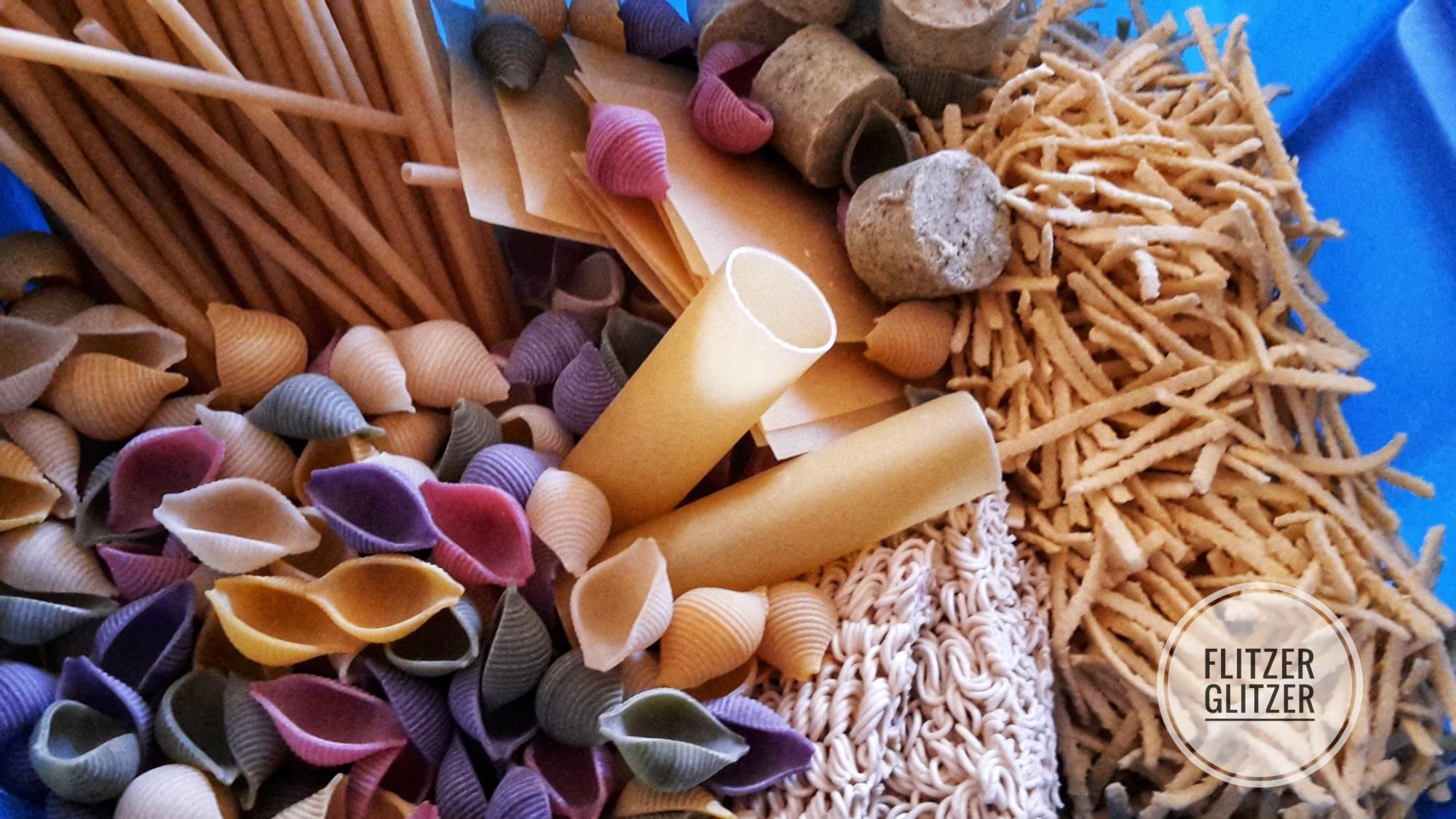 Eine Box voller Nudeln in verschiedenen Ausformungen.