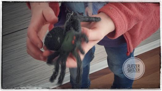 Unsere Kleine ist noch weiter hinter die Küchenzeile gekrochen und hat diese Kunststoffspinne gefunden.