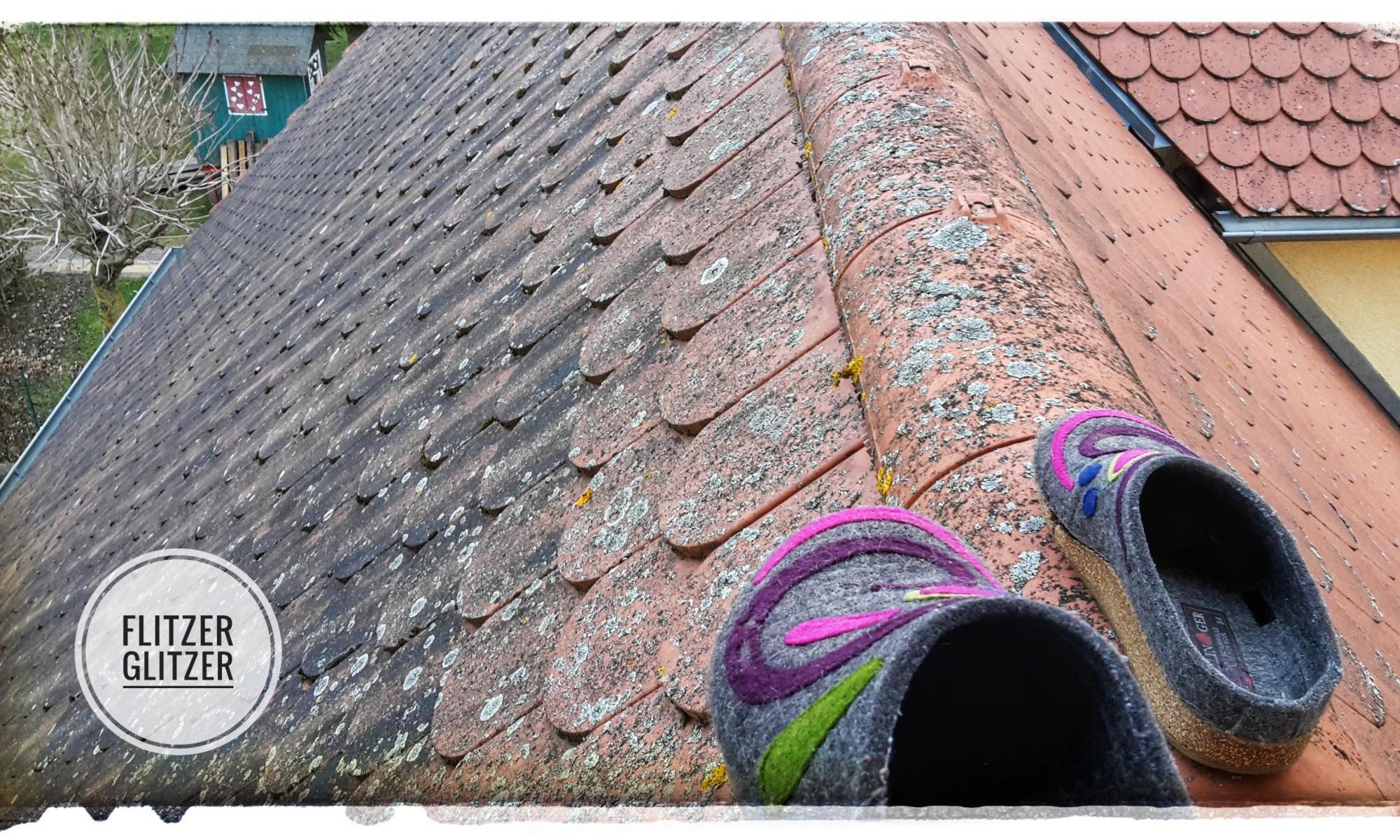 Hausschuhe auf Dachfirst