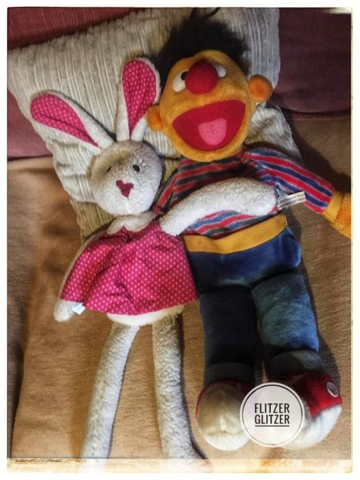 Kirschkernkissenmädchen Hanna im pinken Pünktchenkleid und Wärmflaschenernie, wie man ihn aus der Sesamstraße kennt.