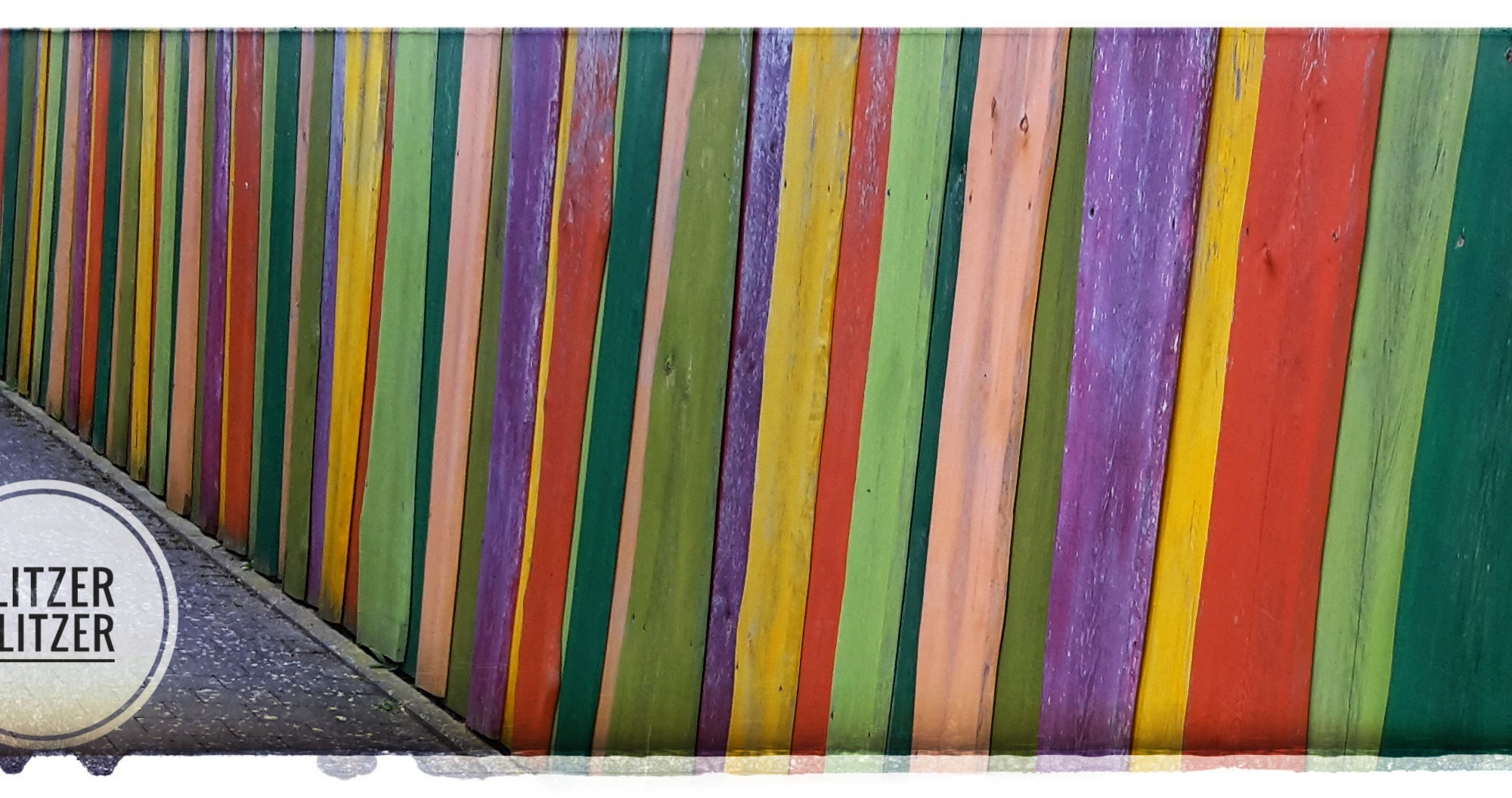 Ungeschliffener Holzzaun in rot, gelb, grün, froschgrün, lila, rosa