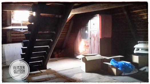Sonnendurchfluteter alter Dachboden mit Treppe in die nächste Ebene.