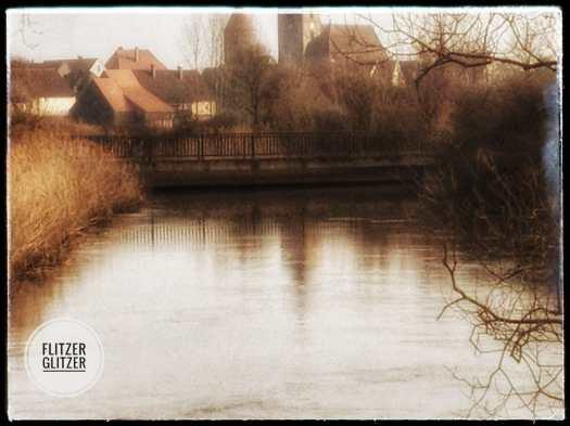 Die alte Betonbrücke scheint den Fluss von der Altstadt zu trennen. Tatsächlich verbindet sie jedoch das Örtchen mit der Außenwelt.