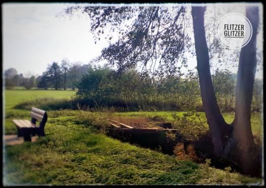 vergammelte Holzbrücke, die nicht dazu einläd, den Graben mit ihrer Hilfe überqueren zu wollen.