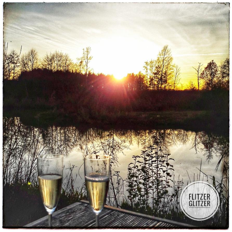 Zwei Gläser genießen den Sonnenuntergang.