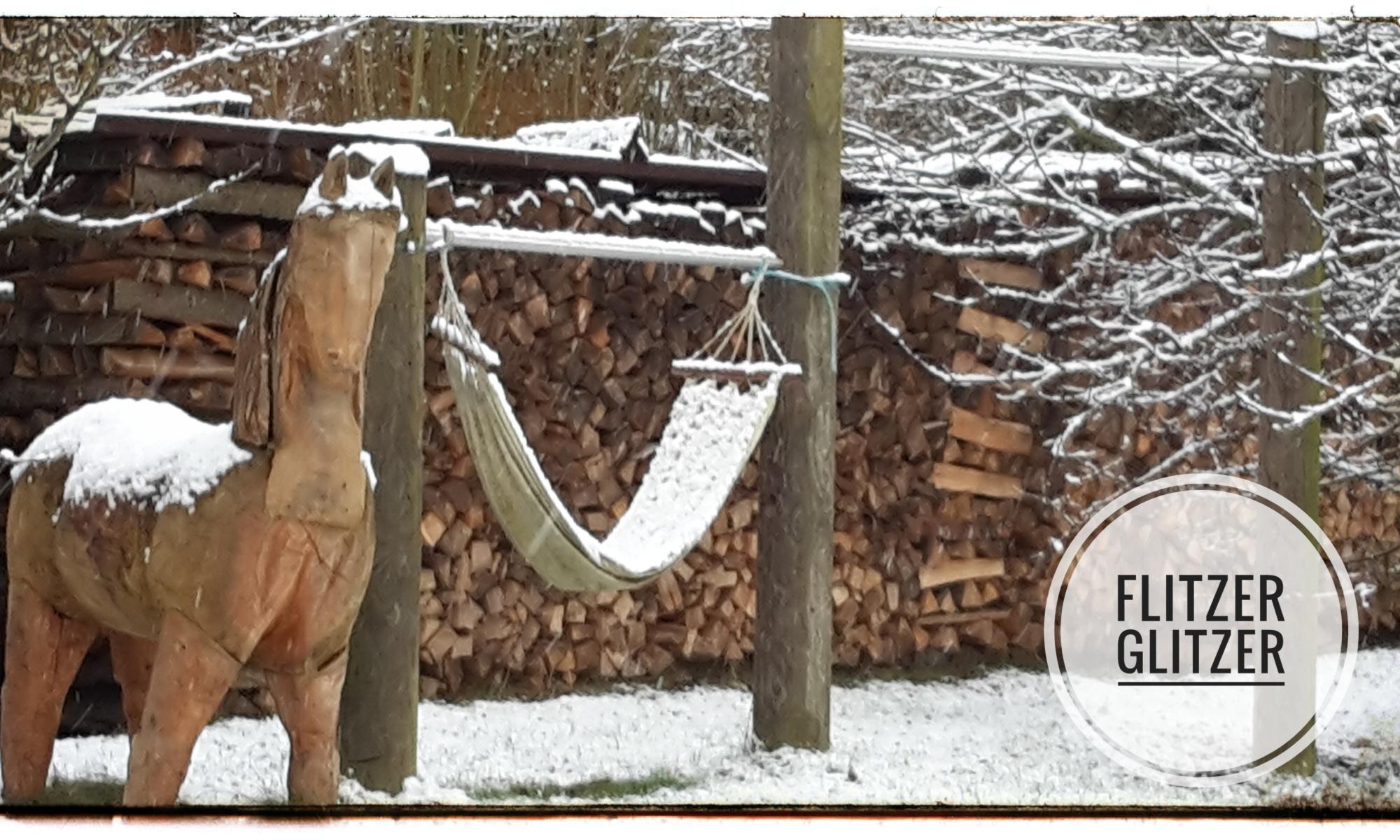Leicht mit Schnee bedeckte Hängematte