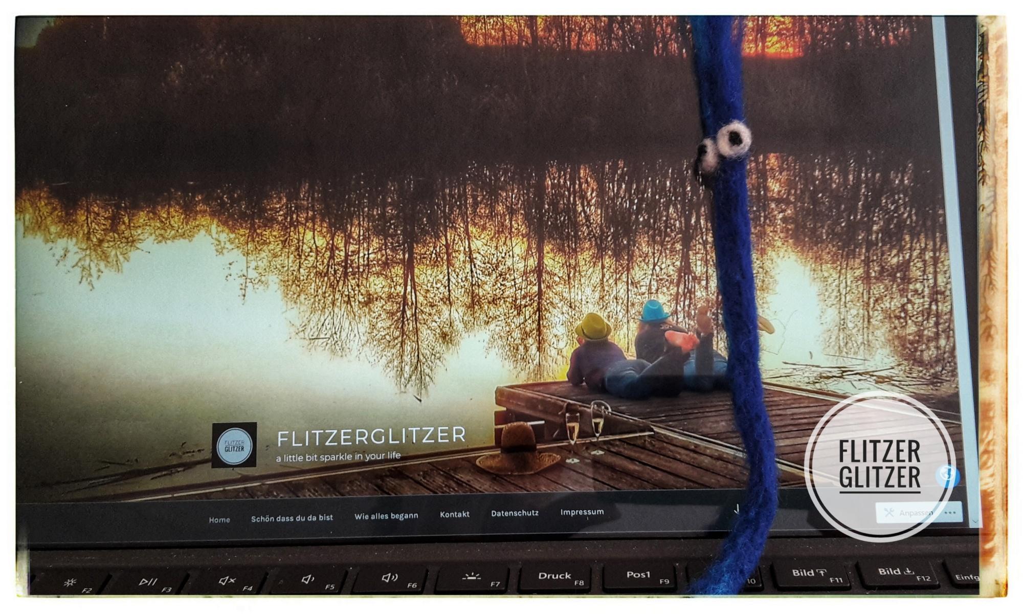 Blauer Filzwurm vor Computerbildschirm